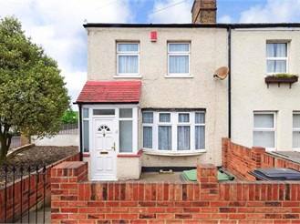 3 bedroom end of terrace house in Chingford, London