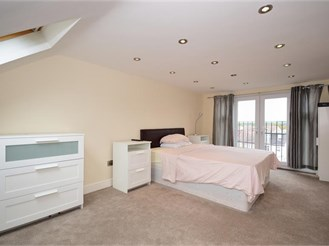 4 bedroom semi-detached house in London E4