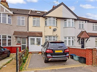 4 bedroom terraced house in Clayhall, Ilford