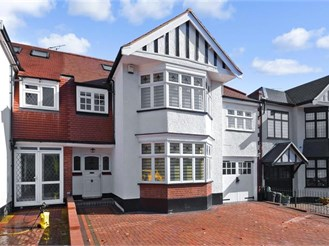 5 bedroom semi-detached house in London E18
