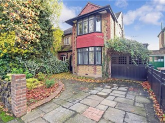 5 bedroom semi-detached house in London E4