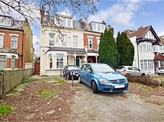 1 bedroom top floor converted flat in South Woodford