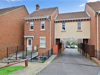 4 bedroom link-detached house in Chatham