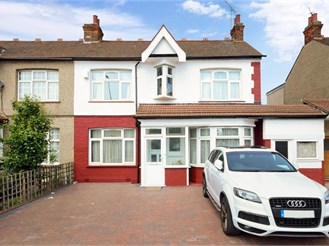 4 bedroom end of terrace house in Gants Hill, Ilford