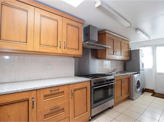 4 bedroom end of terrace house in Leyton, London