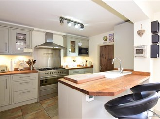 4 bedroom semi-detached house in Brentwood