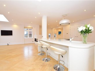 6 bedroom detached house in Woodford Green