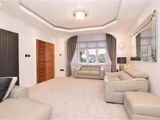 5 bedroom semi-detached house in Clayhall, Ilford