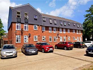 2 bedroom ground floor flat in Chigwell