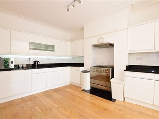 5 bedroom semi-detached house in Woodford Green