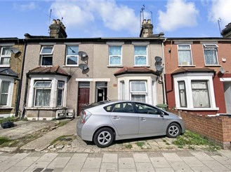 2 bedroom ground floor converted flat in Ilford