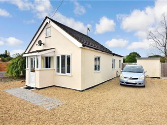 2 bed detached bungalow in Bowers Gifford, Basildon