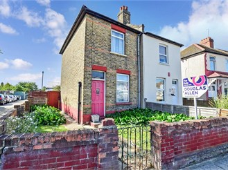 2 bedroom semi-detached house in Hainault