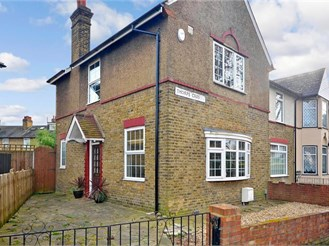 3 bedroom semi-detached house in London E17