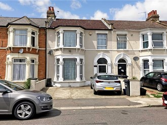 4 bedroom terraced house in Seven Kings, Ilford