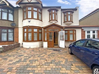 7 bedroom end of terrace house in Ilford