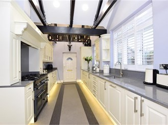5 bed semi-detached house in London E4