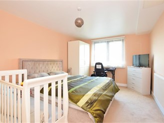 1 bedroom fourth floor flat in Gants Hill, Ilford