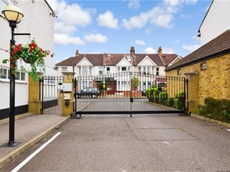 3 bed penthouse flat in Wanstead