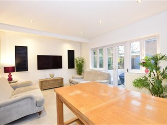 4 bed detached bungalow in Woodford Green
