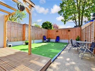 3 bed end of terrace house in London E17